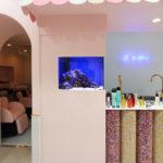 美容室に60cm壁埋め込み式海水魚水槽を設置